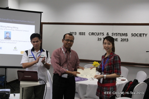 Dr Wong Ming Ming receiving the award from CAS Vice Chair, Dr Asral Bahari Jambek during the CAS(M) Hi-Tea on 29th June 2013.